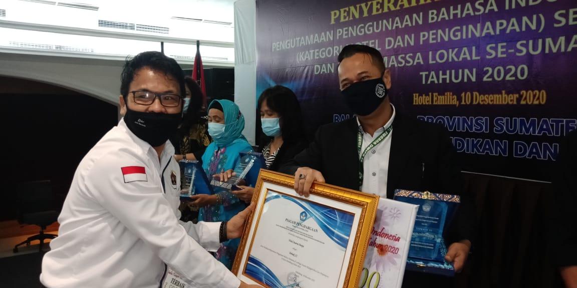 Menyerahkan penghargaan ke pengelola Hotel Swarna Dwipa Palembang.