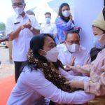Balita Kembar Tiga Kalungkan Gambo Muba untuk Menteri PPPA RI