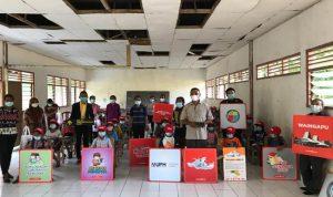 """UPH Kampus Surabaya dan Lion Air Group Melaksanakan Program Sosial """"Buku dan Gerakan Membaca untuk Makamenggit, Sumba Timur"""""""
