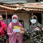 Caption : Ketua DPD LSM Gempita Palembang, Yenni Hafiza SE (kanan) menyerahkan bantuan sembako & masker kepada warga Kalidoni Palembang.(fto.yn)