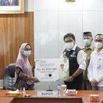 PJ Bupati Muara Enim Berikan Langsung Secara Simbolis Santunan Jaminan Kesehatan Kepada Masyarakat
