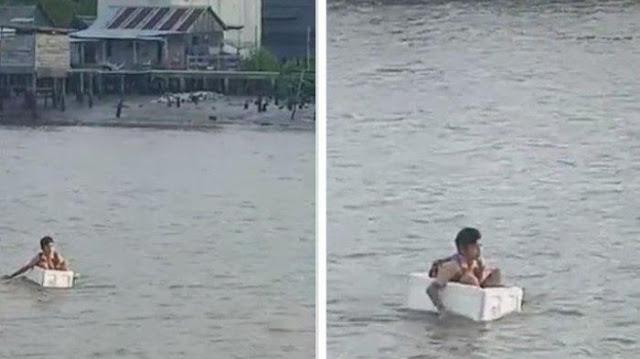 VIRAL!! Tidak Ada Jembatan, Anak Sekolah di OKI Seberangi Sungai Pakai Kotak Gabus